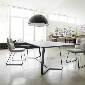 Esstischgruppe mit Stühlen, jeweils mit Metallgestell, in einer Atelierwohnung