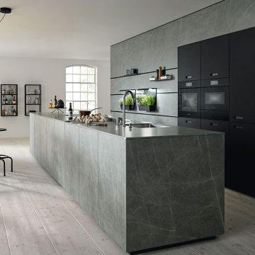Kermikküche schlicht und modern, mit edlen Materialien und in zeitlosem Design