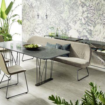 Esstischgruppe mit Bank und Stühlen, jeweils mit Polsterung und Metallgestell