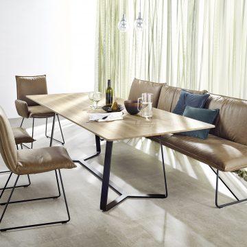 Esstischgruppe mit Bank und Stühlen, jeweils mit Metallgestell