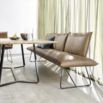Esstisch mit massiver Tischplatte in Eiche und Gestell in schwarzem Metall