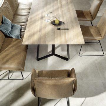 Massivholztisch mit Bank und Stühlen in braunem Leder, Tischplatte in Eiche hell massiv