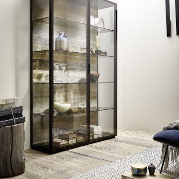 Glasvitrine mit schwarzem Rahmen und Holzrückwand in Fichte rustikal gebeizt