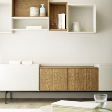 Ausschnitt aus einer Wohnzimmeranrichte mit Regalsystem in Eiche und Lack matt weiß