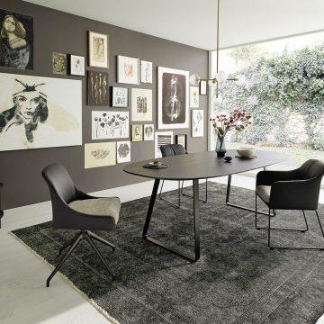 Essen und Wohnen, Esstisch mit Massivholzplatte, Polstersessel, Natur-Teppich, modernes Design