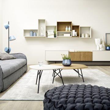 Anrichte in Lack matt weiß und Eiche massiv mit Metall kombiniert, davor eine Couch und zwei Couchtische mit Holzplatte nierenförmig