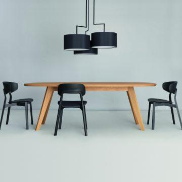 Stühle Nonoto Comfort gebeizt mit Tisch Cena oval in Eiche hell, Leuchte Noon in schwarz