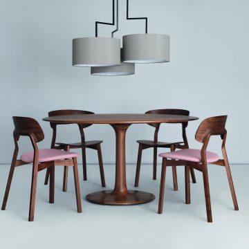 Stühle Nonoto Comfort von Zeitraum mit gepolsterter Sitzfläch, Tisch Turntable in Nussbaum, Leuchte Noon in grau