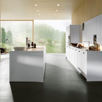 Einbauküche in weiß matt mit Tanne kombiniert
