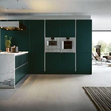 Einbauküche grifflos mit Griffmulden, Kochinsel mit Keramik Arbeitsplatte in Carrara Marmor Nachbildung