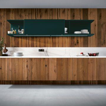 Küchenzeile schwebend und ohne Sockel, Alteiche kombiniert mit Keramik Carrara Marmor Nachbildung