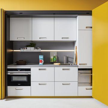 Next125 Einbauküche mit Einschubtüren, kleine Küchenlösung perfekt gelöst