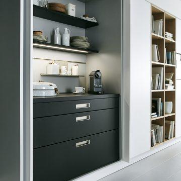 Küchen-Einbauschrank mit Einschubtüren und Arbeitsnische mit Peneelsystem