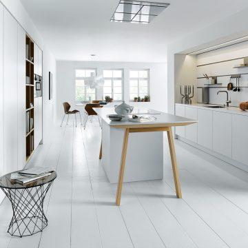 Küche weiß grifflos, mit Arbeitstisch und Paneelsystem mit Einhängeelementen