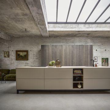 Designerküche mit Arbeitsinsel auf Metallgestell, Hochschrankzeile mit Einschubtüren in Eiche furniert mit integrierten Einbaugeräten
