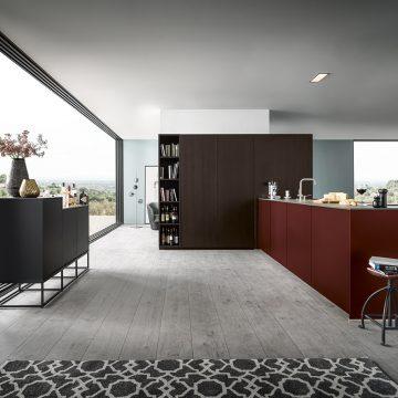 Designerküche mit Arbeitsinsel und Hochschrankzeile mit Einschubtürenschrank