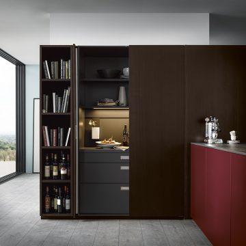 Einbauküche mit Einschubtürenschrank, dünne Arbeitsplatte in Keramik, Paneelsystem mit Einhängeelemente