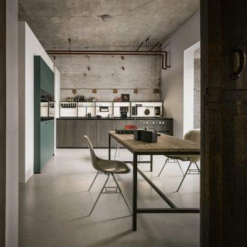 Einbauküche Next125 Lack matt und Eiche tabak, dünne Arbeitsplatte in Keramik, Hochschränke mit integrierten Einbaugeräten, Bora Pure Kochfeldabzug PURU
