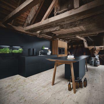 Küchenplanung in Onyxschwarz matt mit Paneelrückwand und Küchengarten