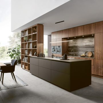 Einbauküche mit Griffmulde oben, hochschrankzeile mit Nischenrückwand in Keramik, Kochfeld Bora Professional