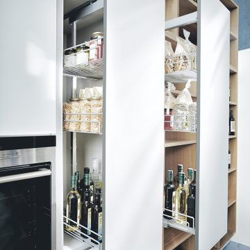 Next125 Design-Küche mit Apothekerschrank geöffnet, in weiß matt mit Eiche hell kombiniert