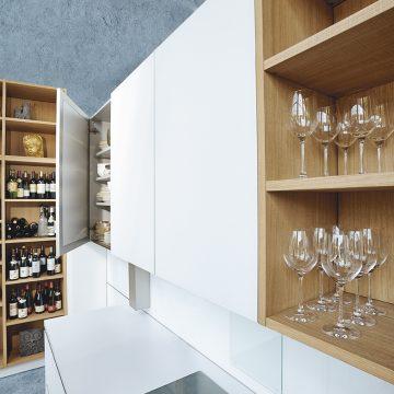 Kücheplanung grifflos, weiß matt kombiniert mit offenen Regalen in Eiche hell,