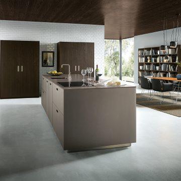 Einbauküche mit Einschubtürenschrank und Arbeitsinsel