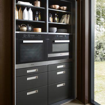 Küchen-Einbauschrank mit Einschubtüren und integrierten Einbaugeräten