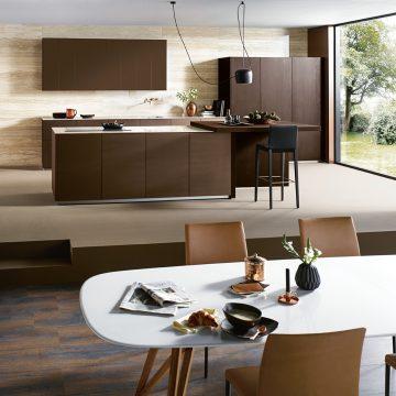 Einbauküche grifflos mit Kochinsel und Hochschrankzeile mit Einschubtüren, bora Pure Kochfeldabzug PURU