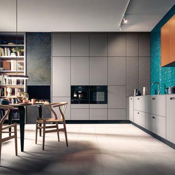 Einbauküche raumhoch mit Griffschalen und Hochschranklösung mit tip-on Türen, Stühle Y-Chair CH24 von Hans Wegner, Carl Hansen & Son