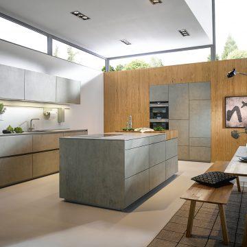Designer-Küche mit Kochinsel in Keramik Beton grau Nachbildung