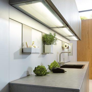 Lichtboden für Oberschränke und Paneelsystem für die Küchennische, Kermik-Arbeitsplatte in Beton grau Nachbildung
