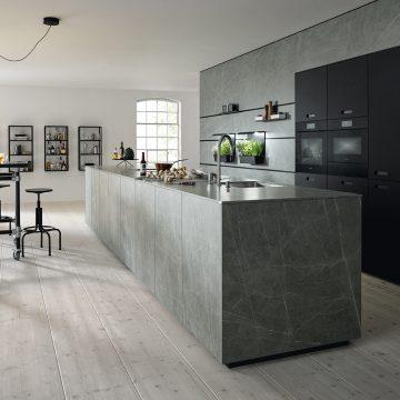 Keramik-Küche mit Kochinsel, Paneelsystem und integrierten Hochschränken