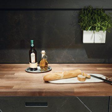 Küchenarbeitsplatte in Nussbaum massiv geölt, Nischenrückwandverkleidung in Keramik