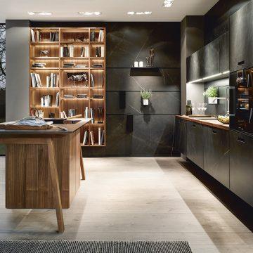 Sockelfreie Designerküche in Keramik mit Arbeitstisch als Kochinsel und Paneelrückwand