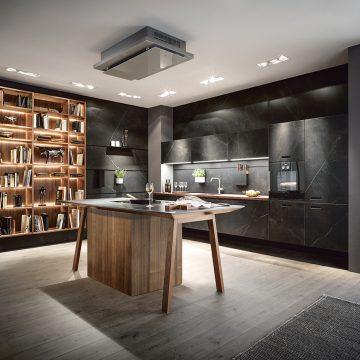 Großzügige Küchenlösung mit Keramikfronten und Arbeitstisch als Kochinsel
