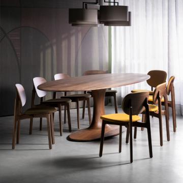 Esstisch turntable oval mit Einsäulen-Tischfuß mit Stühlen und Leuchte Noon