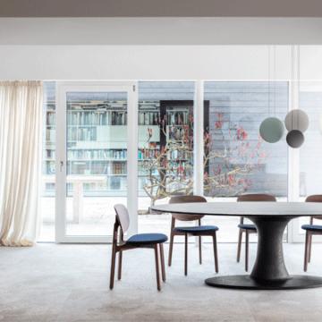 Esstisch turntable oval mit Einsäulen-Tischfuß mit fünf Stühlen