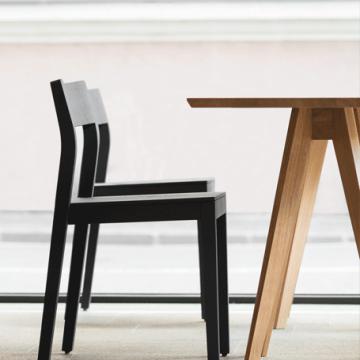 Tisch Eiche massiv Modell Cena mit zwei Stühlen Modell Sit in farbig lackierter Ausführung