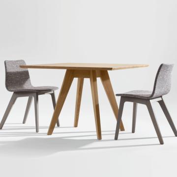 Esstisch Cena quadratisch in Eiche massiv mit zwei grau gebeizten Stühlen Morph mit gepolsterter Sitz- und Rückenschale